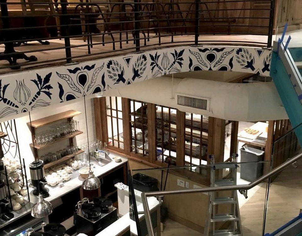 ΔΙΑΚΟΣΜΗΤΙΚΗ ΤΟΙΧΟΓΡΑΦΙΑ Η διακόσμηση παίζει τεράστιο ρόλο στο στιλ ενός εστιατορίου. Μια τοιχογραφία τοίχου θα είναι το επίκεντρο καθώς περιγράφει οπτικά την ταυτότητα και την ιστορία της μάρκας ή την ιστορίας του εστιατορίου. Η δουλειά μας είναι να δημιουργούμε τοιχογραφίες που δείχνουν ποιοι είστε και τι είναι το φαγητό που σερβίρετε.