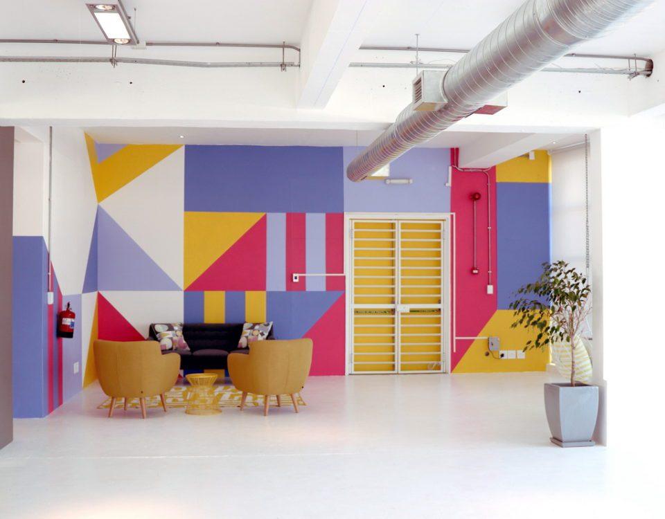 ΔΙΑΚΟΣΜΗΤΙΚΗ ΤΟΙΧΟΓΡΑΦΙΑ H WALLDEKO είναι μια δημιουργική εταιρεία διακόσμησης τοίχων που ζωγραφίζει τοιχογραφίες σε εμπορικά κέντρα, εταιρικά γραφεία, ξενοδοχεία, καφετέριες και εστιατόρια, σχολεία και σπίτια, για να αναφέρουμε ορισμένους από τους τομείς της δραστηριότητάς μας. Είμαστε ένα βραβευμένο στούντιο σχεδιασμού που μετατρέπει τους χώρους σε ζωντανά, εμπνευσμένα και μοναδικά μέρη.